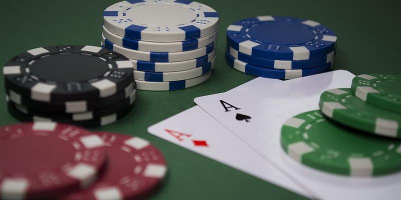 Kortos ir spalvoti žetonai, su kuriais žaidžiamas pokerio turnyras