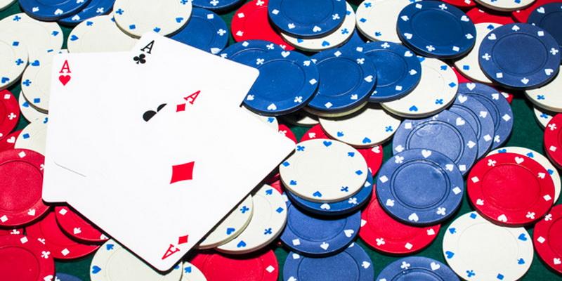 Pokerio žetonai ir kortos