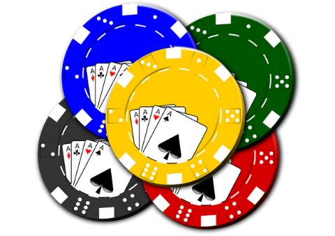Skirtingos spalvos pokerio žetonai ir jų vertės