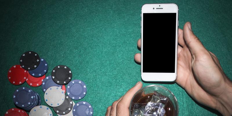Mobilusis telefonas, kuriame įrašytos pokerio taisyklės lietuviškai