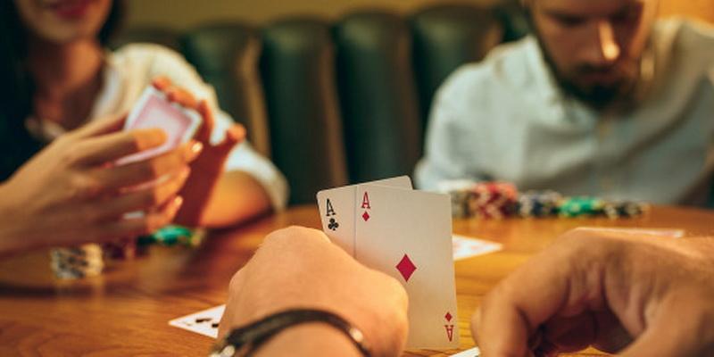Šie žmonės žaidžia mėgaujasi veikla - nemokami pokerio turnyrai ir žaidimai