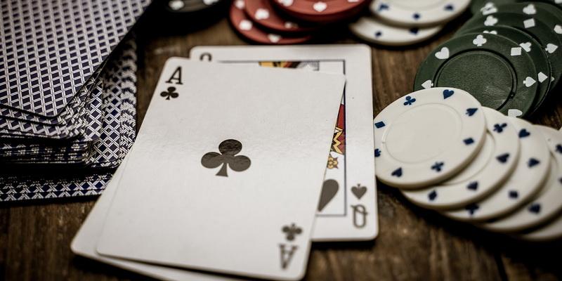 Tūzas, kortos, žetonai - pokerio kombinacijos lt