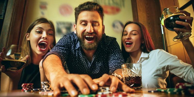 Vaikinas susižeria visus laimėtus žetonus - Texas Holdem poker taisyklės