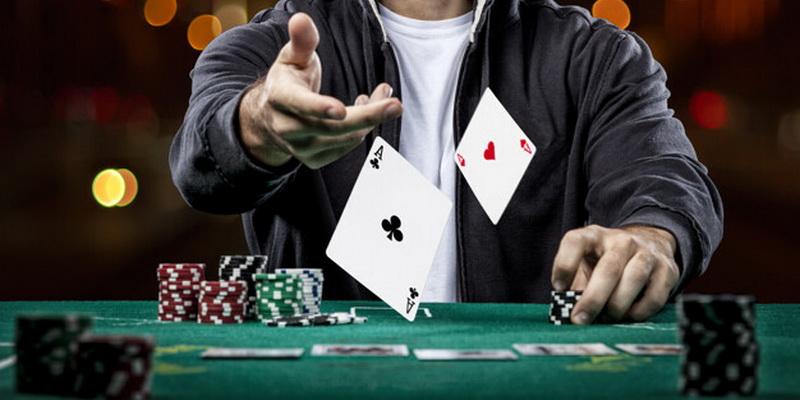 Asmeninių kortų parodymas Texas Holdem poker žaidime