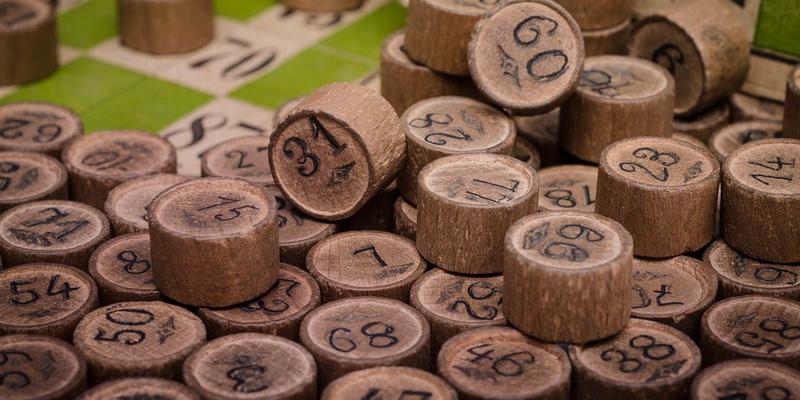 Bingo skaičiai ant medinių kaladėlių