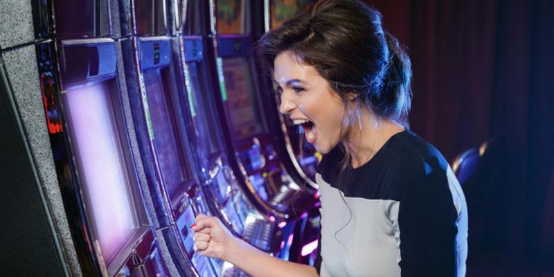 Kazino lošimo automatai online ir jų gudrybės - mergina laimėjo