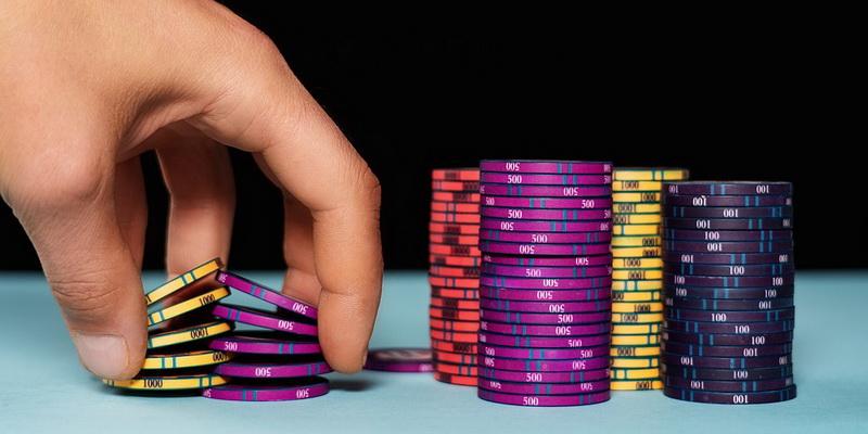 Spalvoti žetonai, kuriuos naudoja pokerio svetainės 888poker Lietuvoje