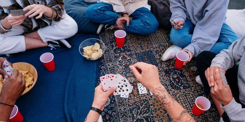 Tūkstantis žaidimas kortomis ir Durnius taisyklės - žmonės žaidžia šiuos žaidimus